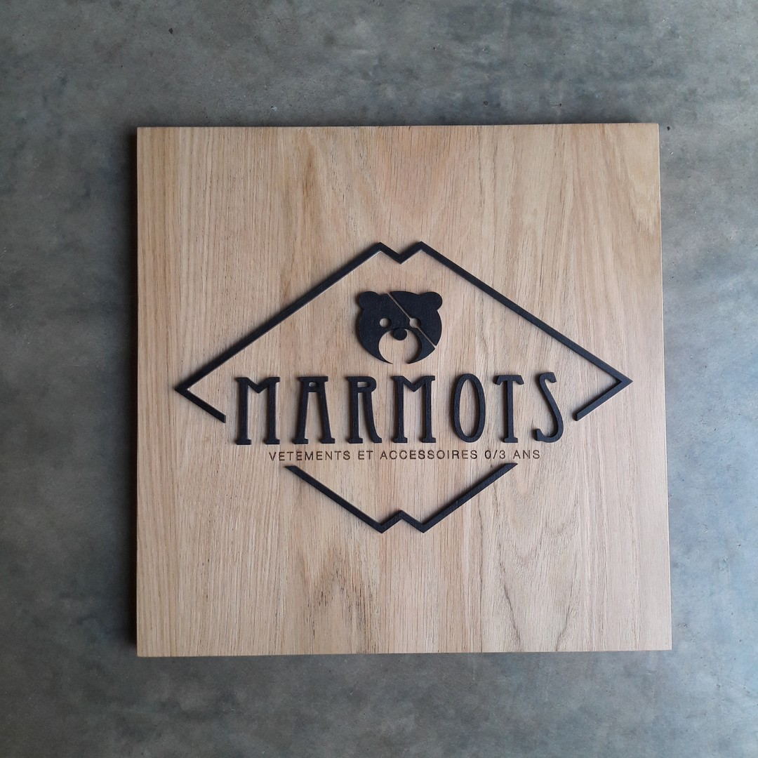 Plaque enseigne pour la boutique Marmots en découpe de lettrage laser de bois peint