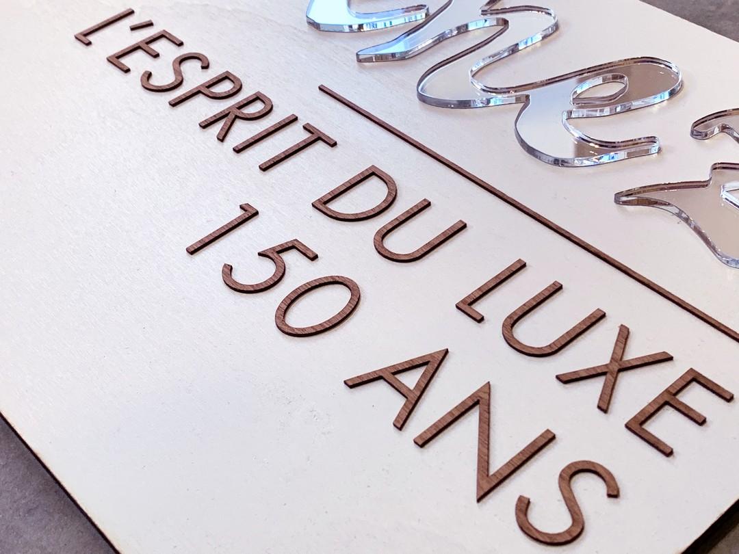 Plaque signalétique décoration de vitrine en découpe et gravure laser en bois et acrylique imitation miroir pour les grandes distilleries peureux Massenez
