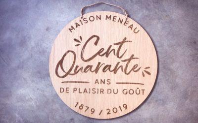 Maison Meneau – Plaque signalétique en bois pour fêter leurs 140 ans
