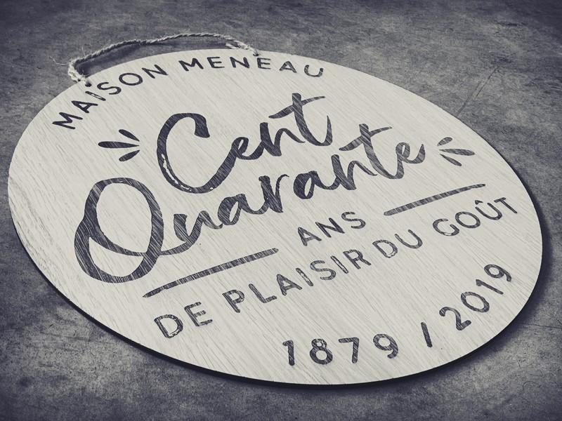 Plaque en chêne gravée et découpée par laser pour les 140 ans pour la maison Meneau artisan sirop