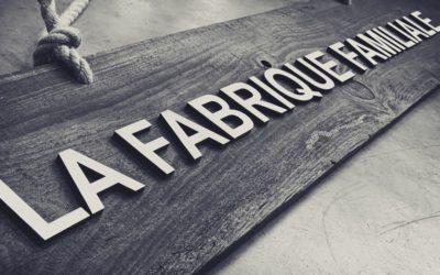 Panneau «La Fabrique Familiale» en lettrages découpés en bois – Maison Meneau