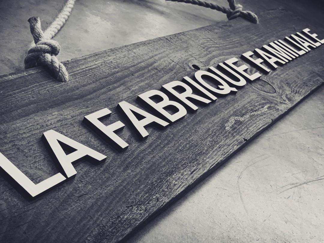 Panneau signalétique en bois brut et découpe de lettrage sur peuplier pour la fabrique de la maison Meneau artisan sirop