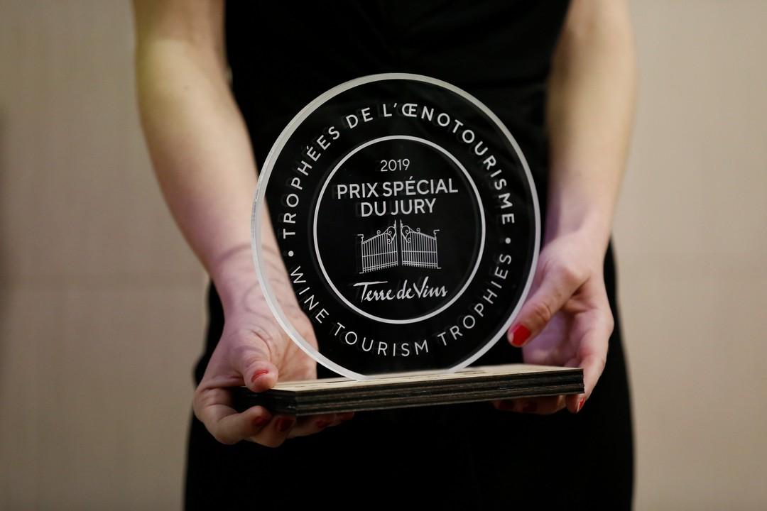 Trophées de l'oenotourisme en bois chêne et acrylique prix spécial pour magazine Terre de Vins 2019 gravure decoupe laser