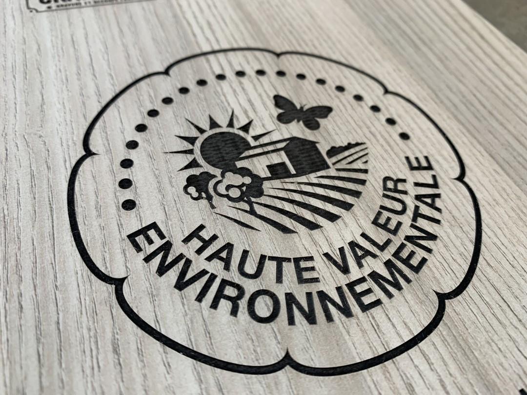Plaque en stratifié haute densité certification haute valeur environnementale en gravure laser pour les vignobles lurton