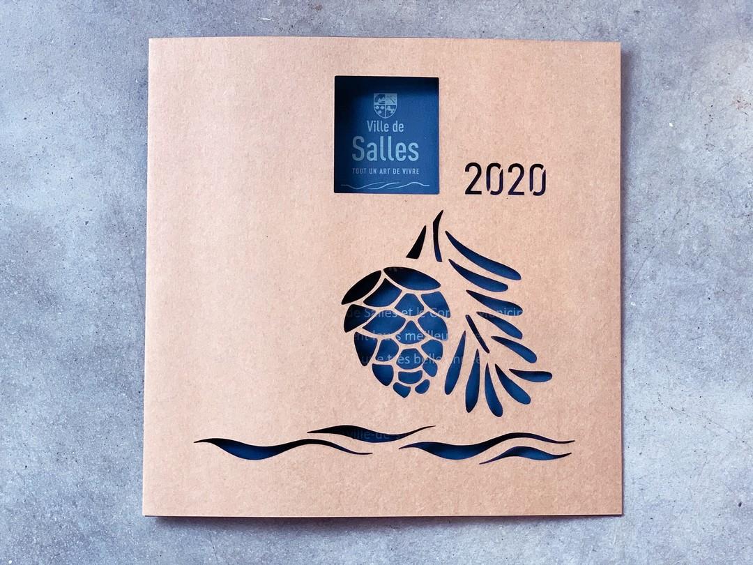 Carte de voeux en papier kraft decoupe laser gravure pigne de pin pour la ville de salles 2020