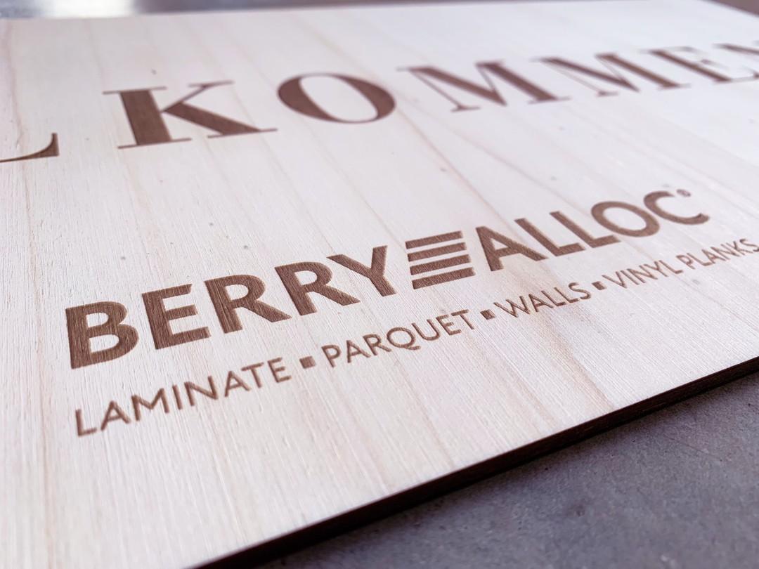 Panneau signalétique pour Berry Alloc agence séline gravure et découpe laser de peuplier