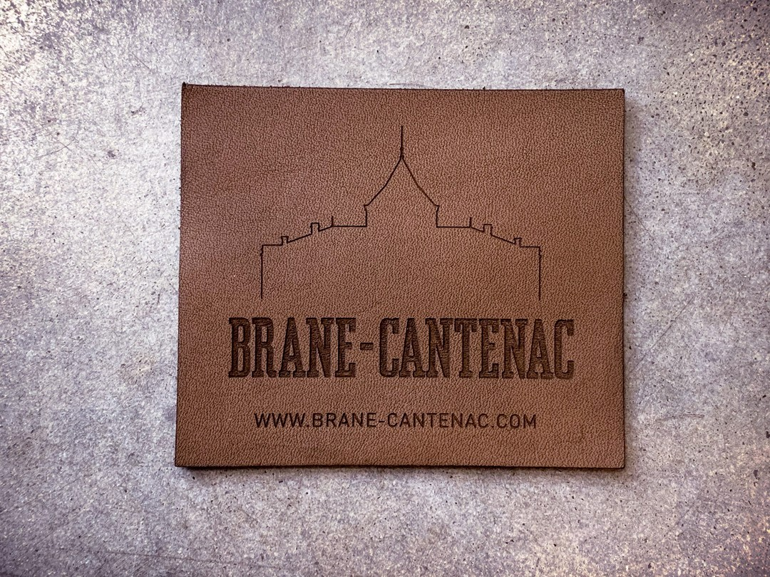 Etiquettes en cuir et boutons en bois gravés et découpés par laser pour le chateau Brane Cantenac