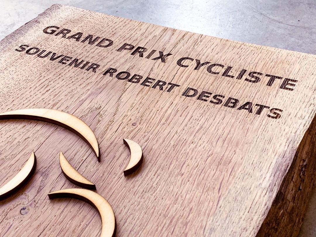 Trophée en bois massif pour le grand prix cycliste Robert Desbats Ville saint aubin de medoc gravure laser