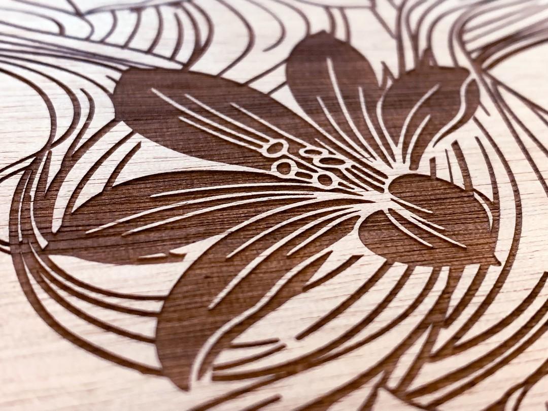 Décoration signalétique pour le bar éphémère dela compagnie des bateaux mouches à paris gravure et découpe laser sur okoumé et découpe de lettrage en bois