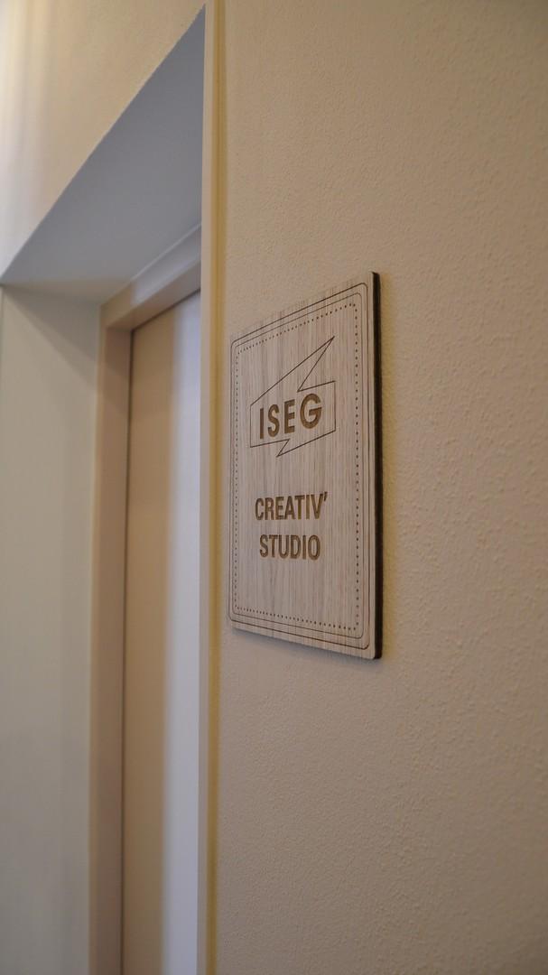 Decoupe de lettrage pour portes ouvertes de l'ISEG bordeaux decoupe laser sur peuplier