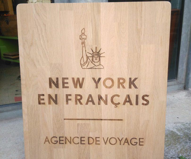 Enseigne en bois massif pour l'agence de voyage New-York en Français