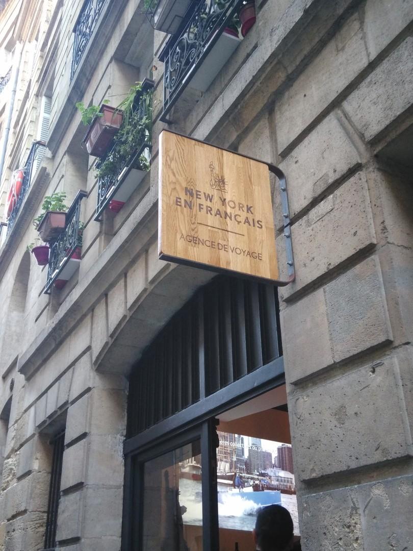 Enseigne panneau en bois chataignier pour l'agence de voyage New york en français gravure laser