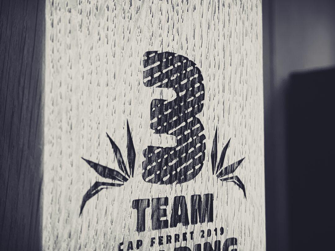 Trophées en bois massif chêne pour un team building du cabinet comptable Extencia gravé par laser