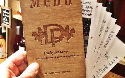 Menus en bois pour le bar à tapas Puig et Daro