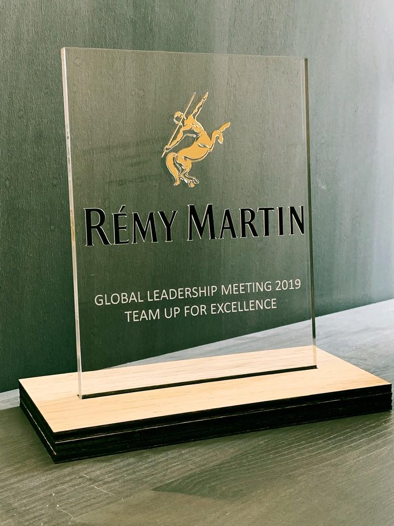 Trophées récompenses prix pour le global leadership meeting 2019 pour Rémy martin gravure et découpe laser bois et acrylique