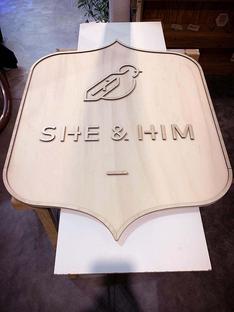 enseigne signalétique de boutique en lettrage découpé par laser en peuplier pour She and Him à Bordeaux