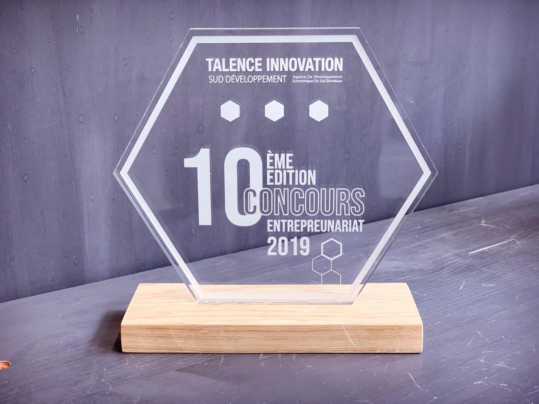 Trophées remise prix en acrylique et socle en chêne massif gravure et découpe laser pour Talence Innovation Sud développement