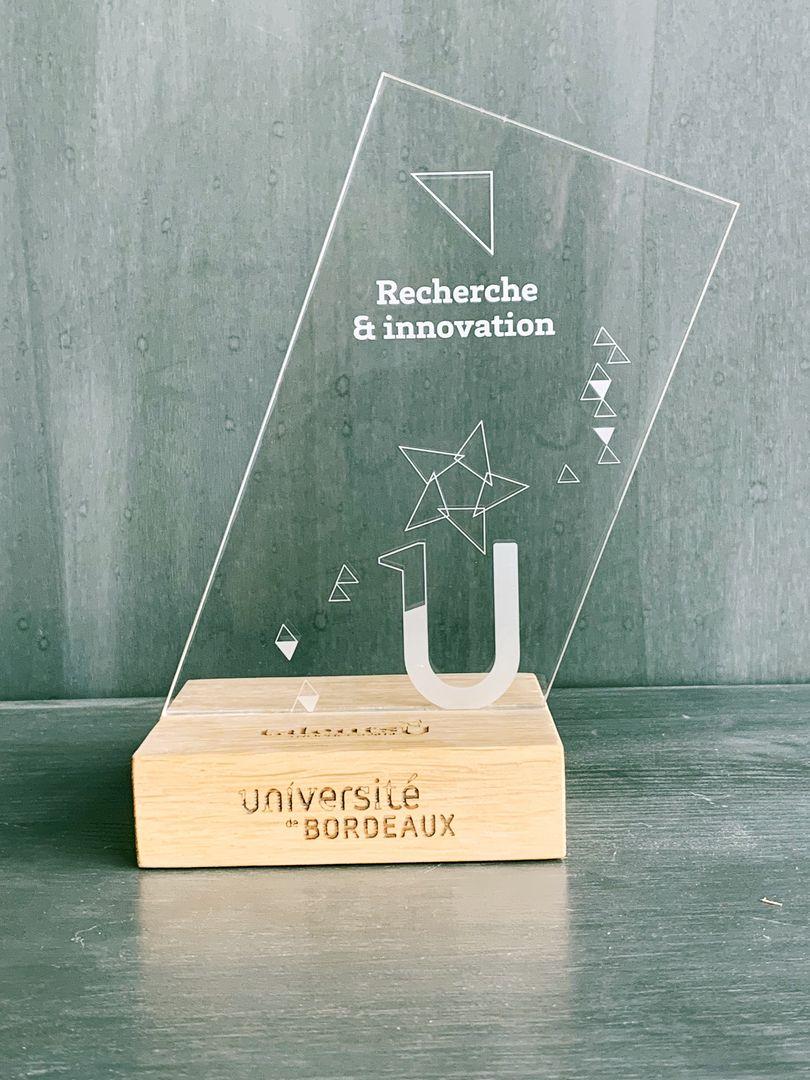 Trophées remise prix en acrylique et socle en chêne massif gravure et découpe laser pour Université de Bordeaux Talents U