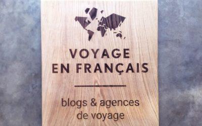 Panneau signalétique en bois massif pour l'agence Voyage en Français