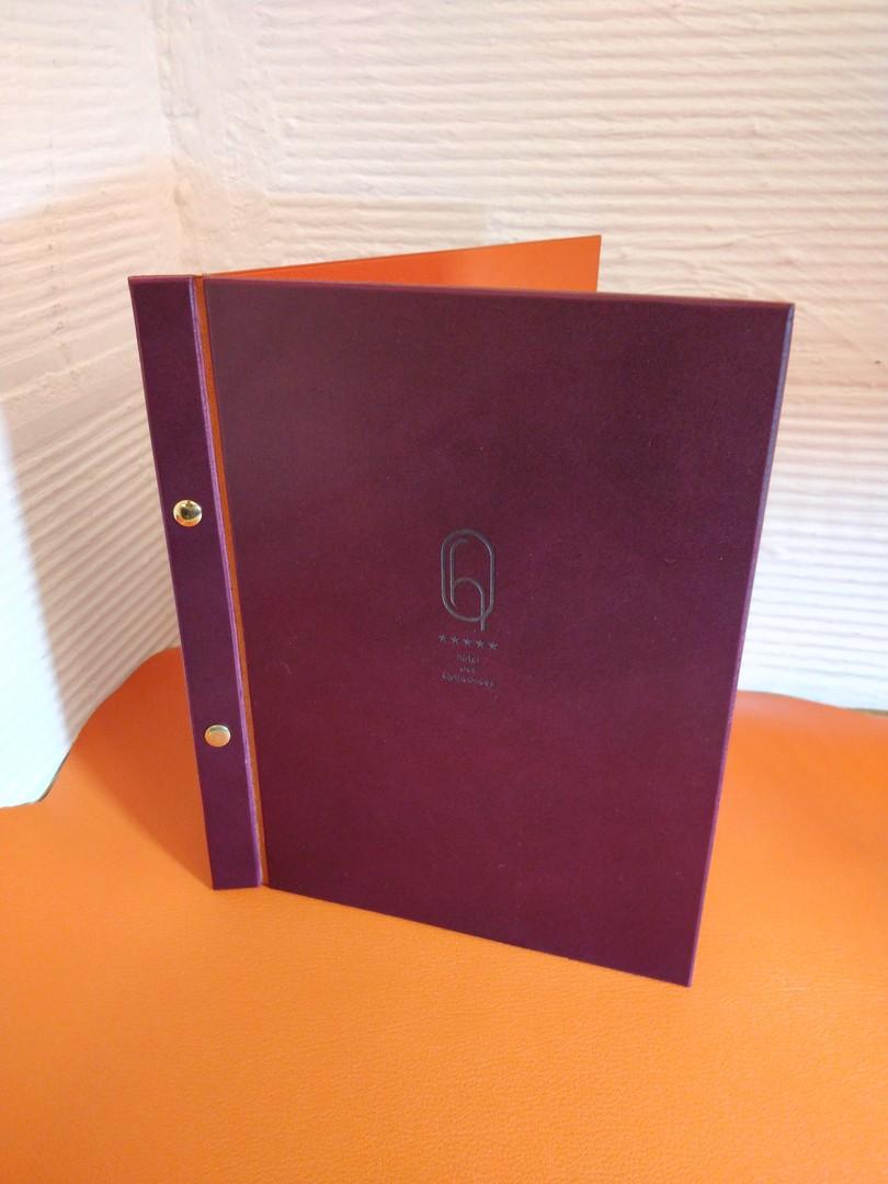 carte menus sur mesure haut de gamme gravure laser sur cuir collet pour hotel des quinconces bordeaux et atelier dahu