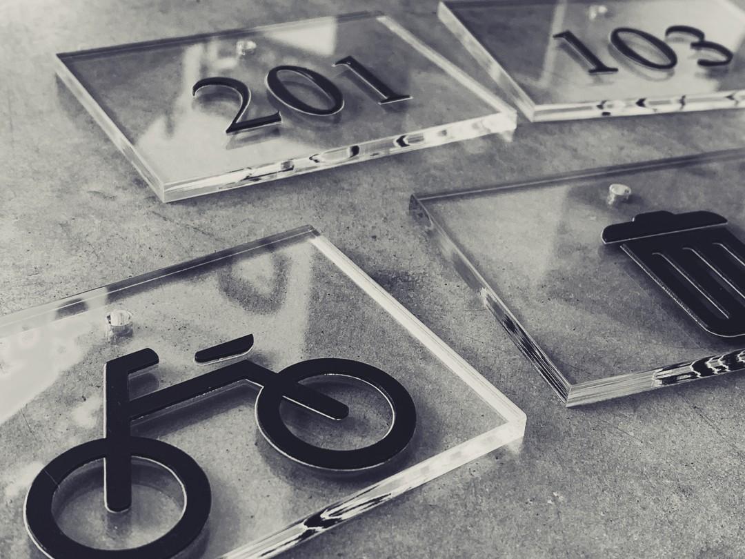 Plaque signalétique de bureaux residence acrylique transparent noir decoupe laser pour Pi management