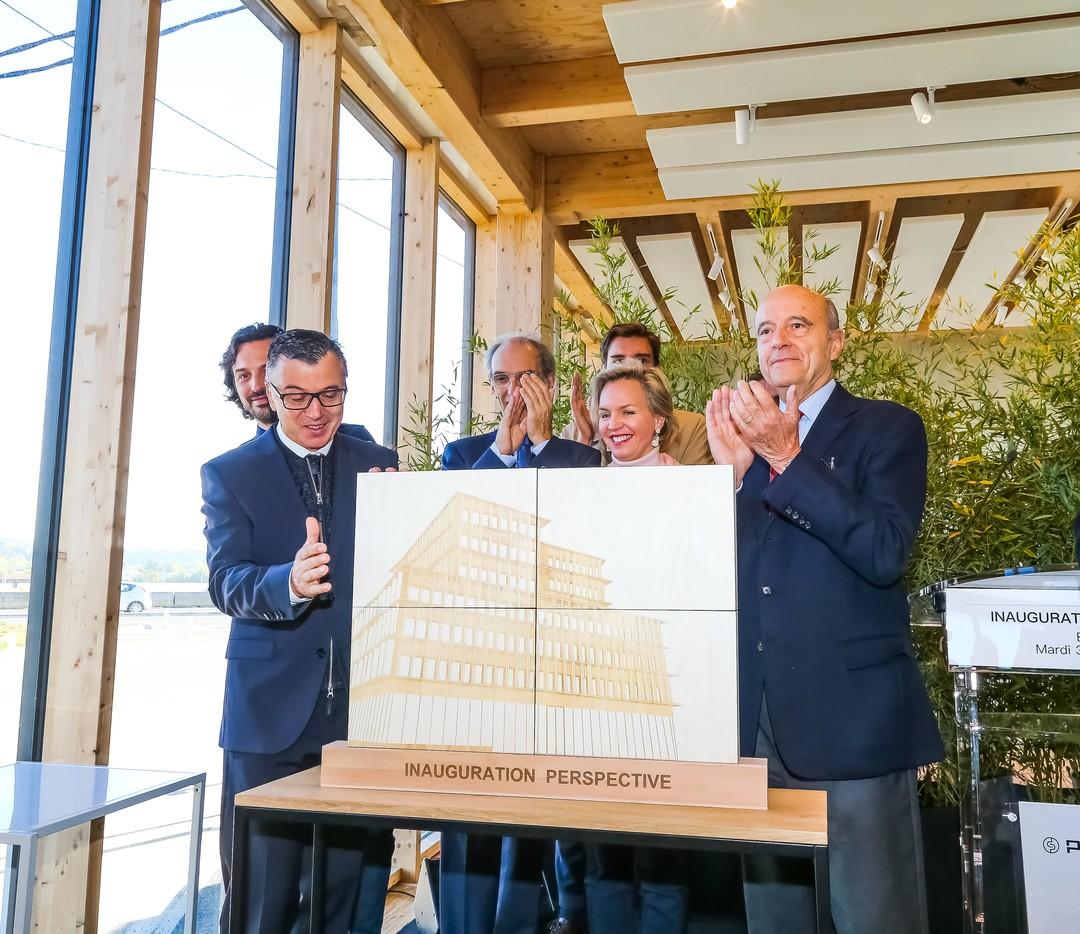 Objet inaugural inauguration perspective gravure decoupe laser peuplier pour le groupe pichet avec Alain Juppé