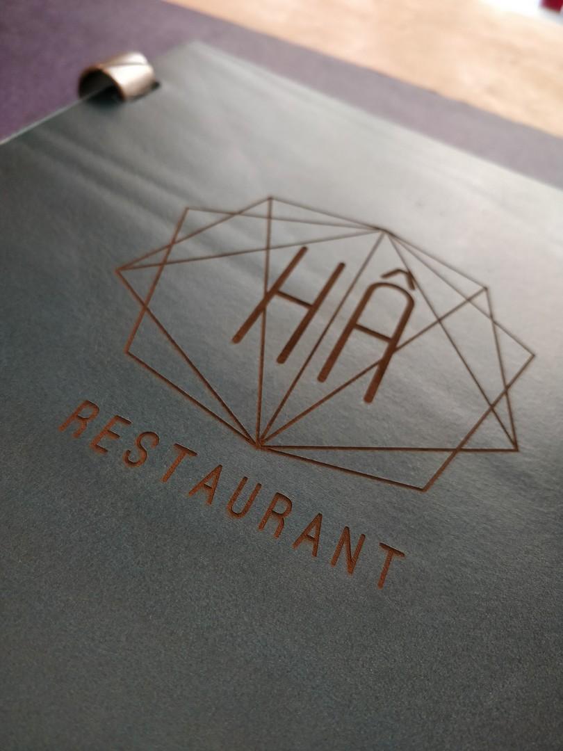 carte menus sur mesure haut de gamme gravure laser sur cuir collet pour le restaurant le ha et atelier dahu