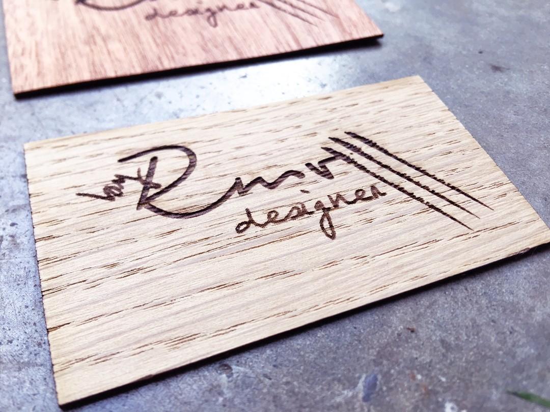 Etiquettes rappel de marque sur placage chene acajou decoupe laser gravure pour rmv designer